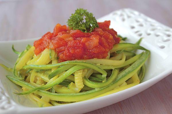 Espaguete de abobrinha com molho de tomate