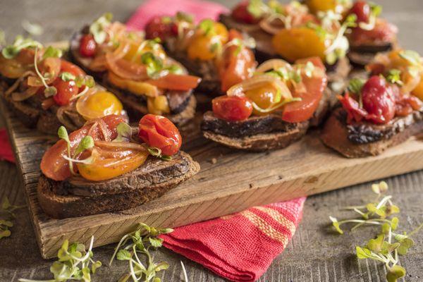 Bruschettas de rosbife com tomate
