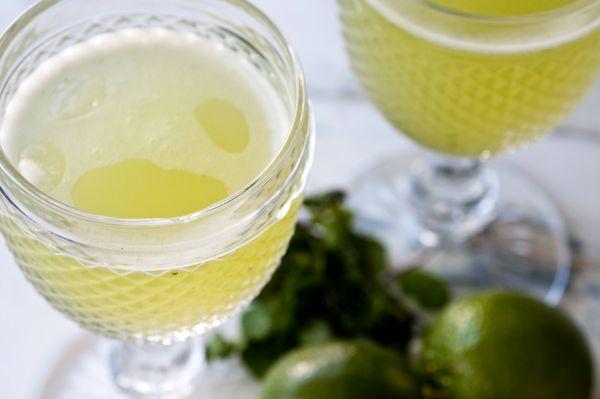 Suco de limões com hortelã