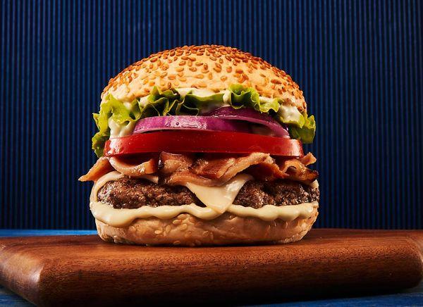 Hambúrguer com Bacon no Pão de Gergelim