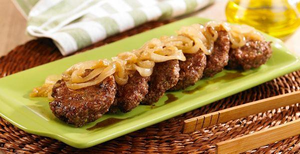 Minihambúrguer com molho de cebola e vinho
