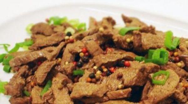 Isca de carne com pimenta em grãos