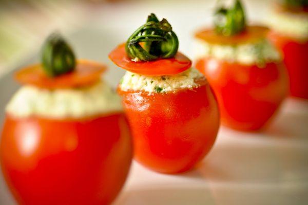 Canapé de tomate cereja com patê de ricota e maionese