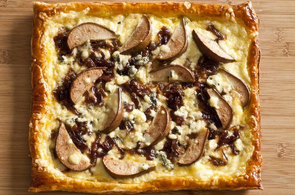 Torta Folhada de Pera, Gorgonzola, Molho de Queijo Minas Padrão e Cebola Roxa Caramelizada