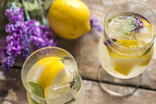 Suco de limão siciliano com manjericão