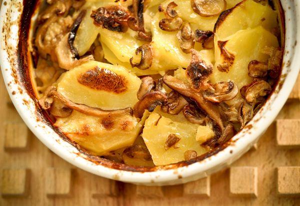 Batatas gratinadas com cogumelos frescos