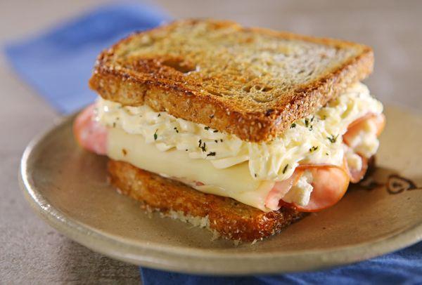 Lanche aos 3 queijos com lombo apimentado