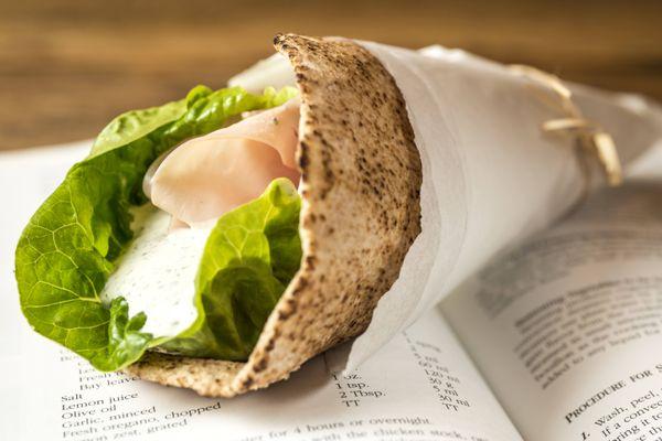 Sanduíche de peito de peru e molho de maionese com ervas no pão sírio