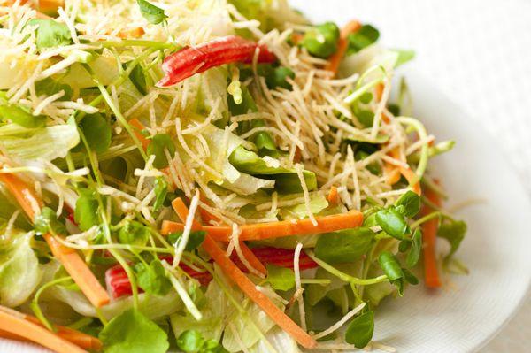 Salada verde com kani, batata palha e molho agridoce