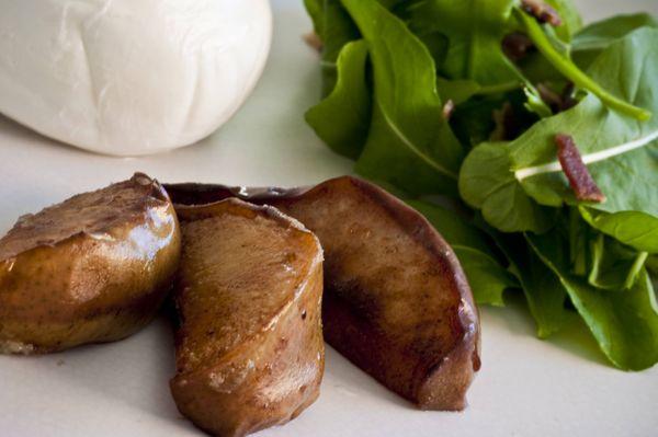 Salada de rúcula, burrata e pera grelhada