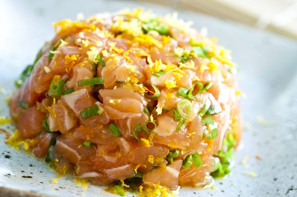 Tartare de salmão ao aroma de cítricos