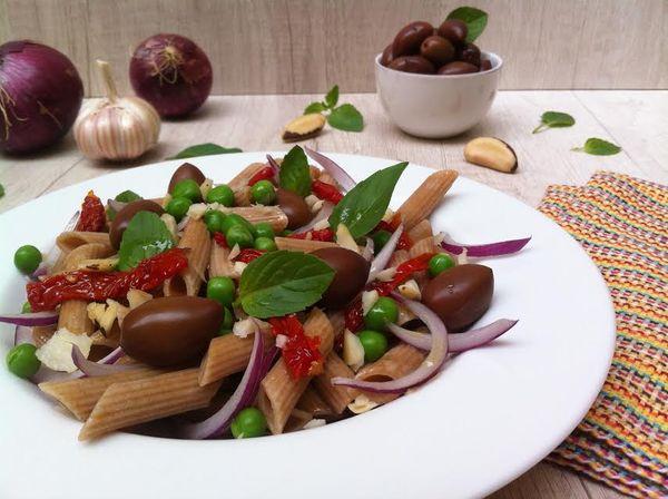 Penne Integral Orgânico com azeitonas, tomate seco e ervilhas frescas