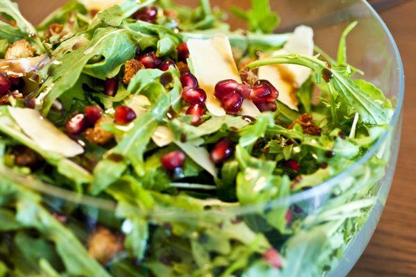 Salada de rúcula, lascas de parmesão, romãs e croutons